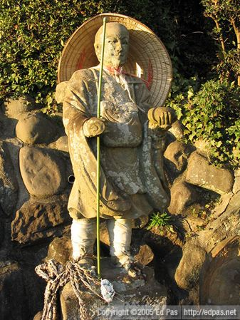 statue of a 'priest/wandering guy' at the entrance to Amida-in